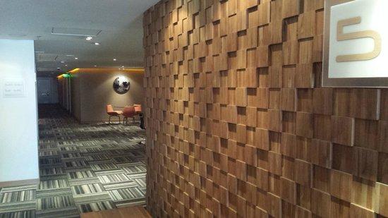 Sonesta Hotel Bogota : Corredor de acesso aos quartos.