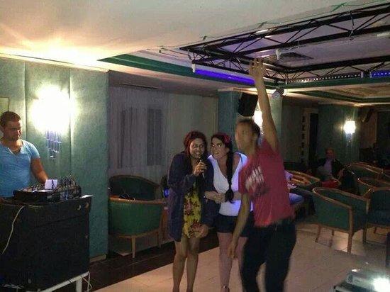 Golf Residence Hotel: Drunk lol thought I cud sing haha