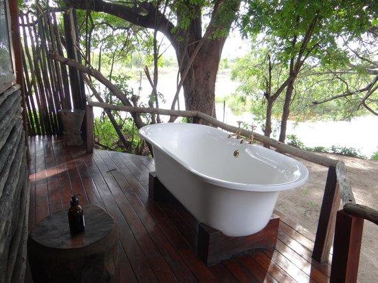 Sindabezi Island: outside bath