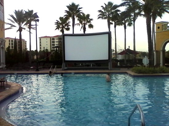 Hilton Grand Vacations at Tuscany Village: Cine en la pileta