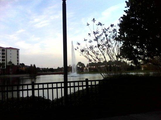 Hilton Grand Vacations at Tuscany Village: Lago en el centro del complejo