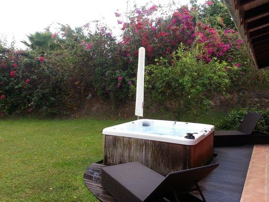 La Suite Villa : le jaccuzi et le jardin de notre villa.