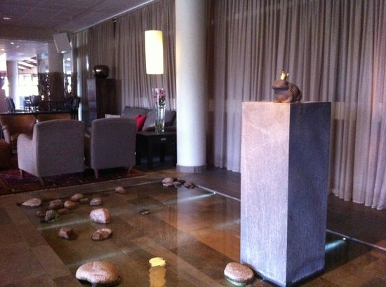 Arken Hotel & Art Garden Spa : Lobby statue