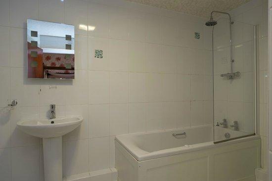 The Glenburn Hotel & Restaurant: Spa Bath & Rain Shower