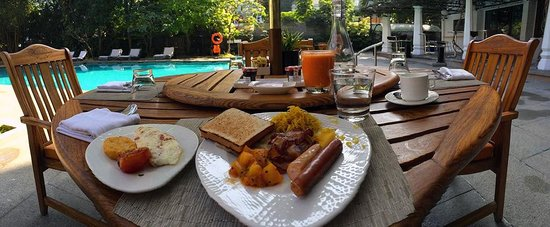 Vivanta by Taj - M G Road, Bangalore : Fantastic breakfast by the pool.