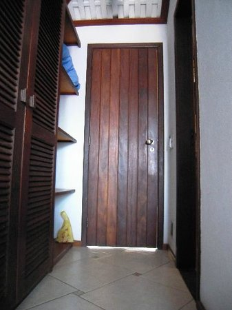 El Parador Pousada : Ranura debajo de la puerta al exterior por donde seguramente entraron las lagartijas, hormigas,