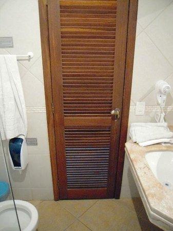 El Parador Pousada: Puerta de Baño con puerta-persiana abierta. Privacidad CERO