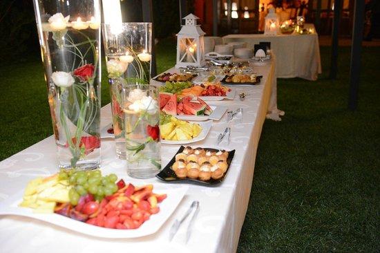 Villa San Michele : Buffet di frutta e dolci in giardino