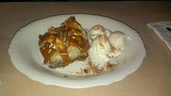Belle, Миссури: Homemade apple caramel baklava with ice cream.