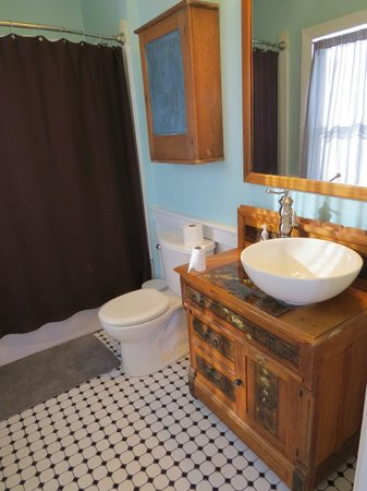 The Vreeland Store Inn: Bathroom of Relda Suite
