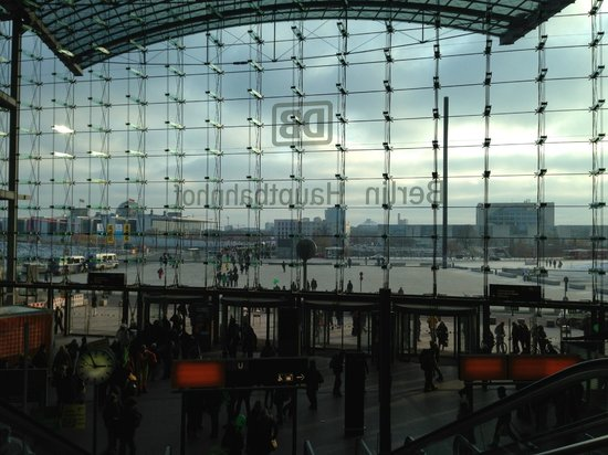 Berlin Hauptbahnhof : square from inside