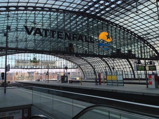 Berlin Hauptbahnhof : galleria e binari