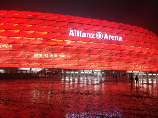 Allianz Arena: Lit up at night time