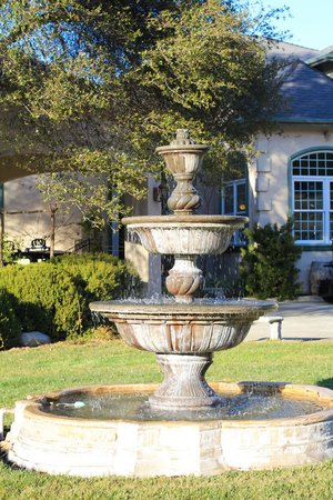 Bella Vista Bed & Breakfast Inc.: Gorgeous fountain in the front of the B&B