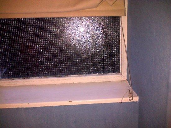 Loch Fyne Hotel & Spa: Delightfull side window with mold!