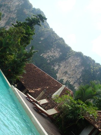 The Cliff Ao Nang Resort: Poolside view