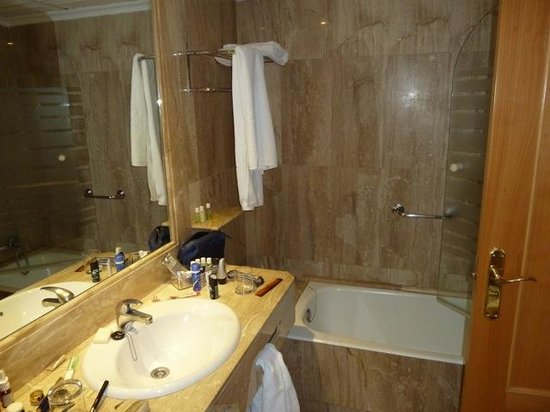 Hotel Regina: Bathroom for room 424
