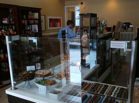 Christophe Patissier-Chocolatier: Lovely little shop--