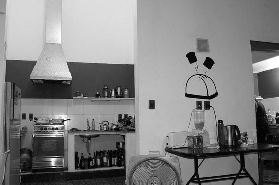 Contraluz Art Hostel: Vista de la cocina