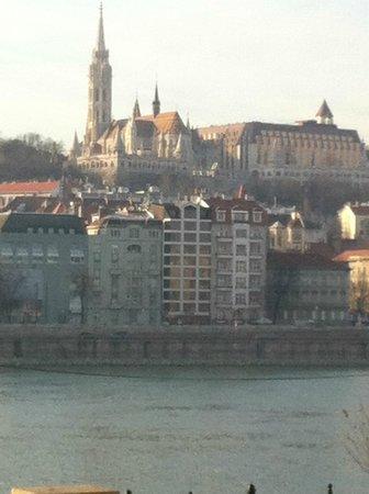Boutique Hotel Victoria Budapest: hotel from the bridge