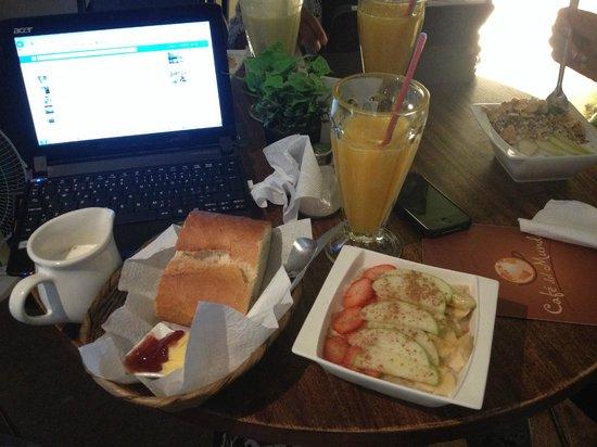 Cafe del Mundo: Salida del sol with cinnamon porridge. The porridge, juice, bread w/ jam&butter n coffee for 25