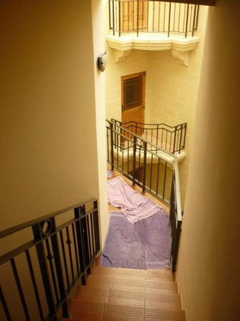 Saint Patrick's Hotel : Towels on the stairs and landing area.
