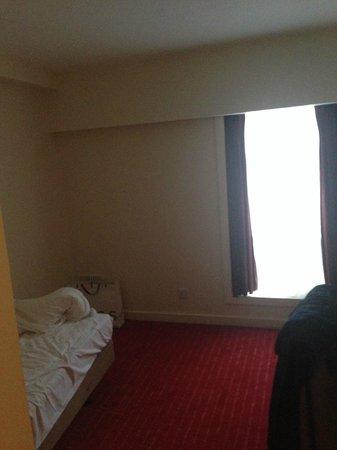 Holiday Inn London - Kensington : Tiny Bedroom