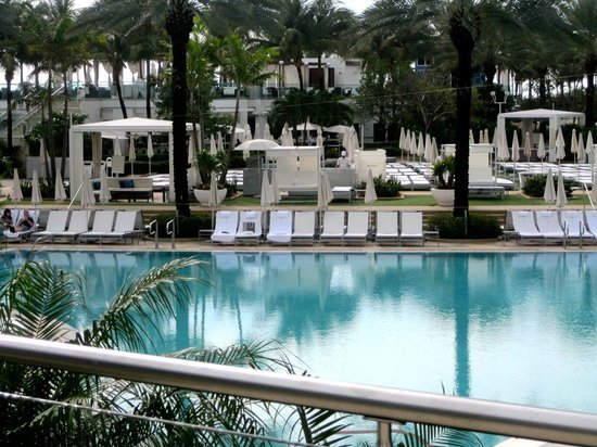 Fontainebleau Miami Beach : one of the many beautiful pools
