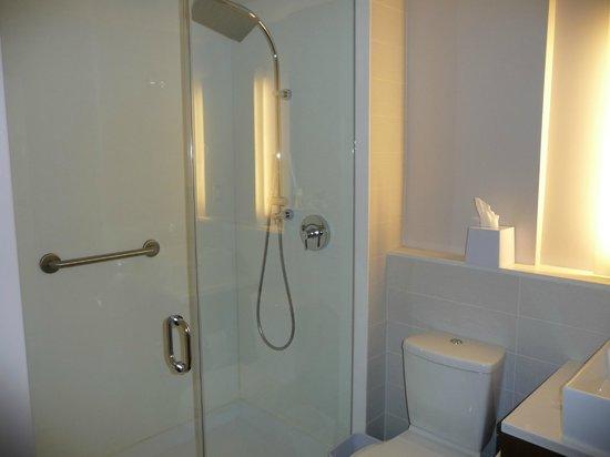 Element New York Times Square West: salle de bain