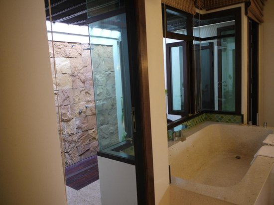 InterContinental Pattaya Resort: Bathroom with HUGE tub and looking at outdoor shower