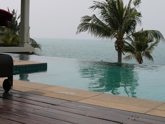 InterContinental Pattaya Resort: View of private infinity pool overlooking beach