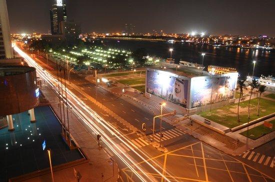 Radisson Blu Hotel, Dubai Deira Creek : Aussicht am Abend (von der Strasse haben wir in der Nacht  nichts gehört)