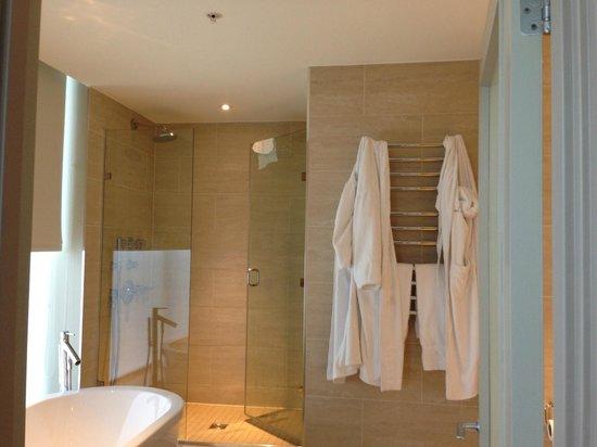 Apex London Wall Hotel: Bathroom to room 715