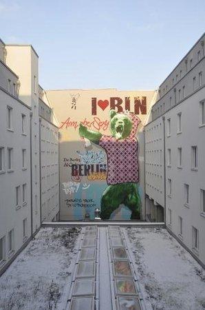 Hotel Berlin Mitte By Melia : murales cortile interno dell'hotel