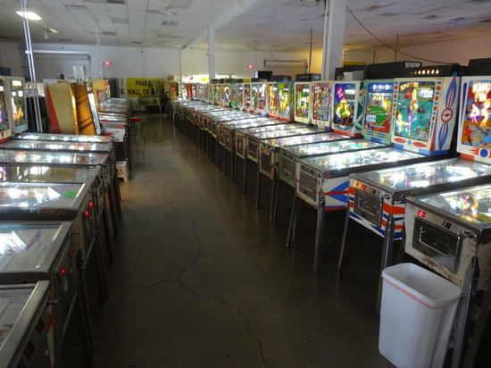 Pinball Hall of Fame : Rows of fun, most a quarter a play or 3 for $1