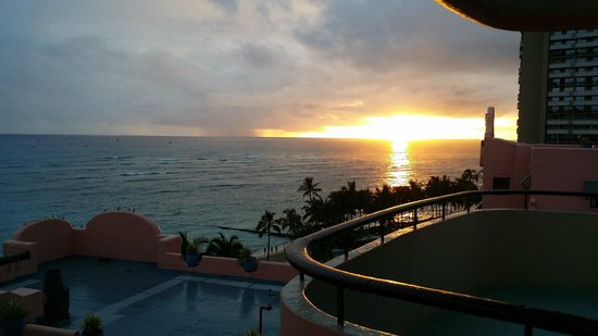 The Royal Hawaiian, a Luxury Collection Resort : Sunset from balcony