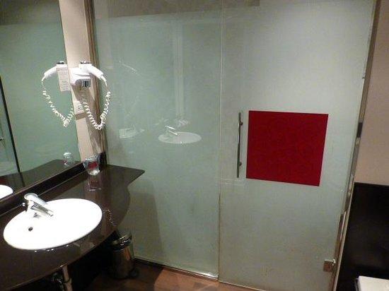 Petit Palace Madrid Aeropuerto Hotel: Puerta de cristal del baño