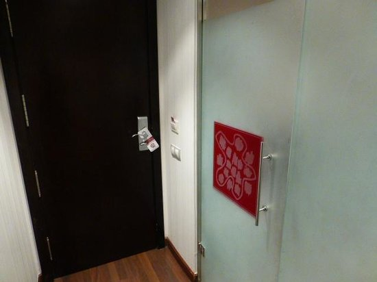Petit Palace Madrid Aeropuerto Hotel: Puerta de salida y del baño