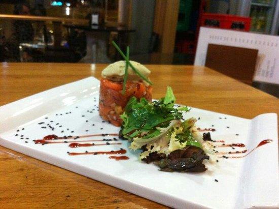 Restaurante El Aguador Nervion: Tartar de salmón con helado de aguacate