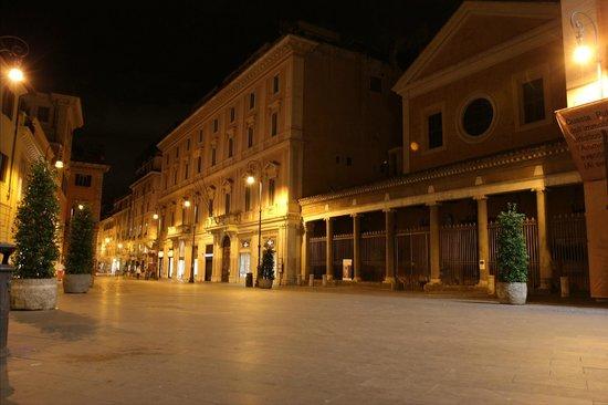 Splendor Suite Rome: Piazza San Lorenzo in Lucina