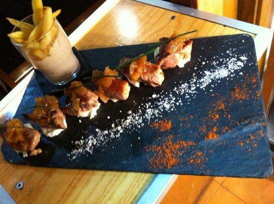 Restaurante El Aguador Nervión : Presa ibérica con queso de cabra y cebolla caramelizada