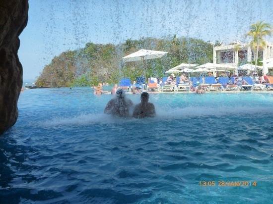 Azul Ixtapa Grand Spa & Convention Center: Heading to pool bar...