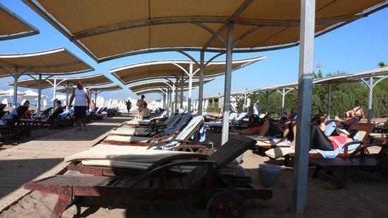 Kervansaray Lara Hotel : Beach sunshades
