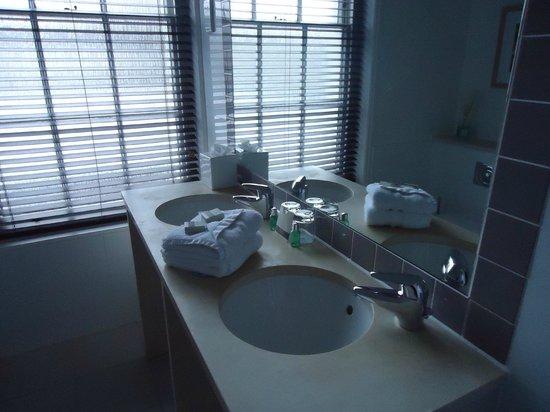 Bedford Lodge Hotel: Bathroom Suite 4