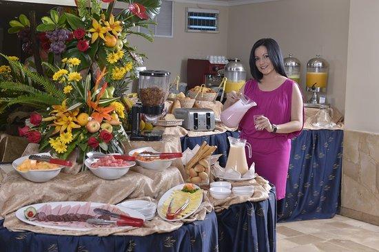 Hotel Ramada: Nuestro desayuno buffet