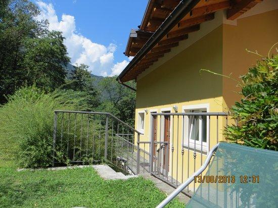 Cascina nel Bosco B&B: Sonnenterrasse und Eingang zum Apartement