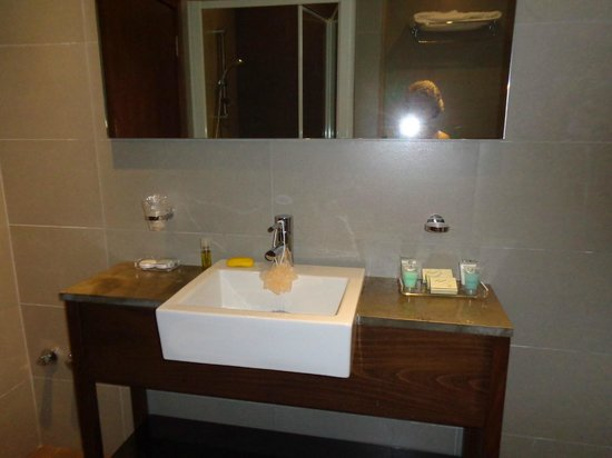 Mamba Point Hotel: Absolutely top notch bathroom