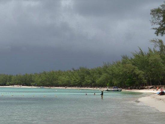 Mont Choisy Coral Azur Beach Resort : la spiaggia sulla destra (Mon Choisy)