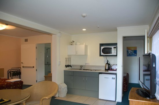 Bay Sands Seafront Studios: Family Apartment Kitchen