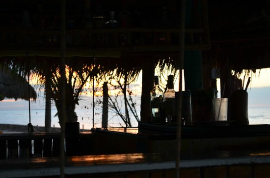 Villas Flamingos: beach bar during sunset